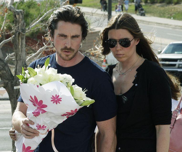 Christian Bale en zijn echtgenote Sibi Blazic bij het gedenkteken in Aurora. Beeld ap