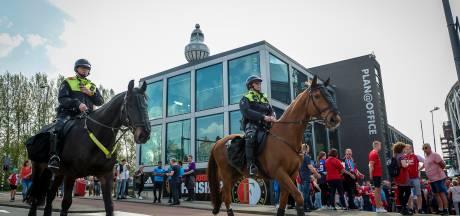 Geweld door voetbalhooligans in stadions neemt af: minder politie-inzet