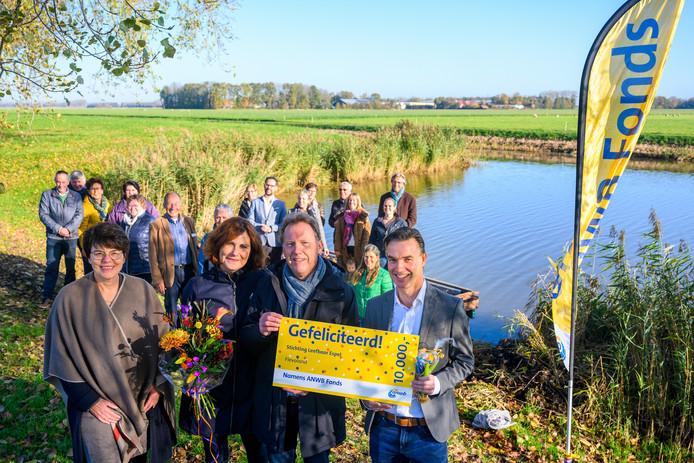 ANWB-prijs voor Espel. Met vlnr Marian Uitdewilligen (wethouder Dorpen van de gemeente Noordoostpolder), Minetta Bus (Dorpsbelang Espel), Jacob ten Buur (voorzitter werkgroep Polderpad) en Sander Morreau (directie ANWB).