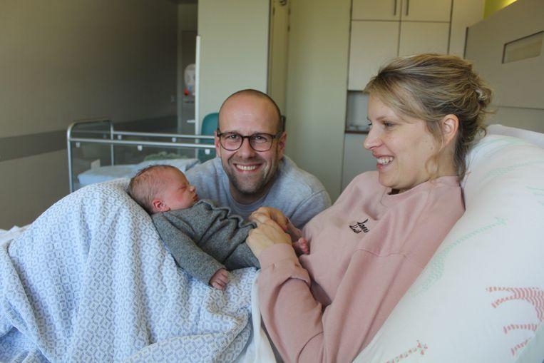 Baby Fons bij papa Tim en mama Sarah.