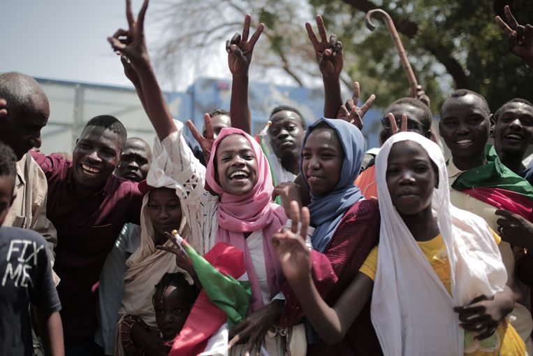 Soedanese mannen en vrouwen vieren in augustus het verdrag tussen generaals en burgerleiders in Khartoem. Beeld AFP