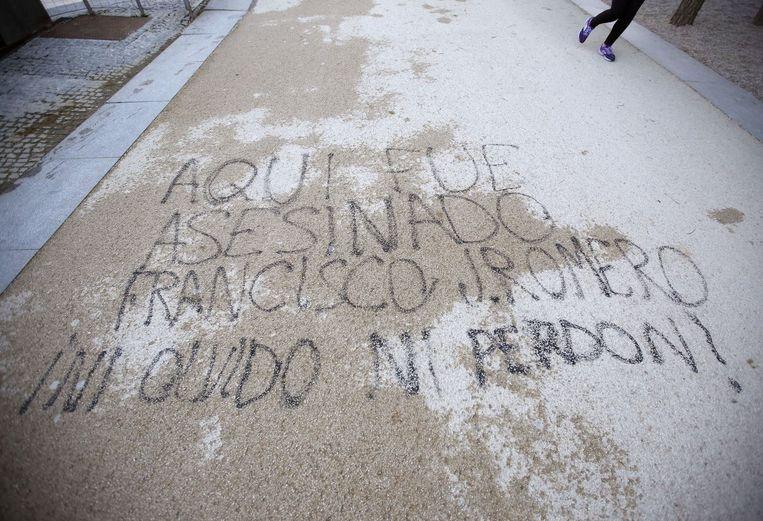 """""""Hier werd Francisco J. Romero vermoord. wij zullen niet vergeten en niet vergeven"""" werd in graffiti op de grond gespoten."""