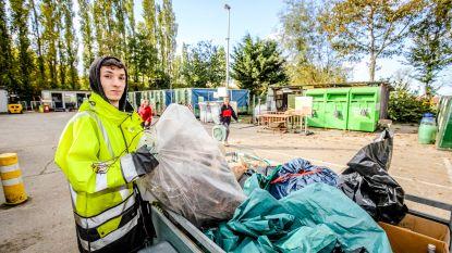 Djamel (17) draait dagje mee op containerpark voor goed doel
