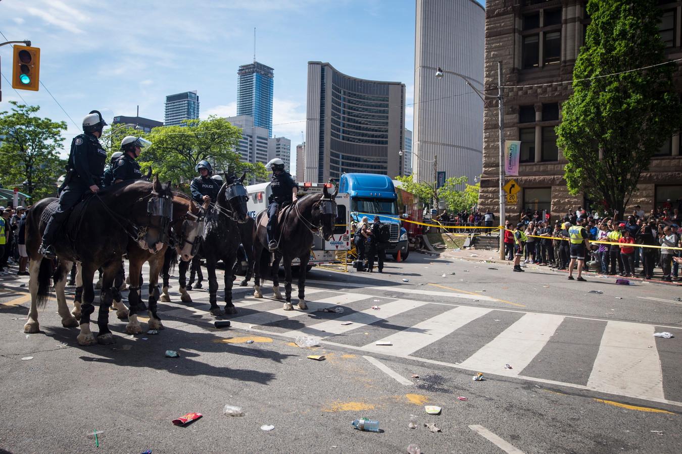 Politie te paard blokkeert de straten van Toronto zodat medische hulpdiensten de slachtoffers kunnen helpen.