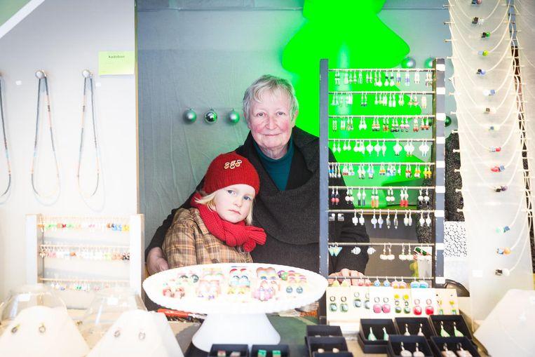 """Monique (met kleindochter Marie) van het juwelenkraam: """"De week na Nieuwjaar is er altijd minder volk""""."""
