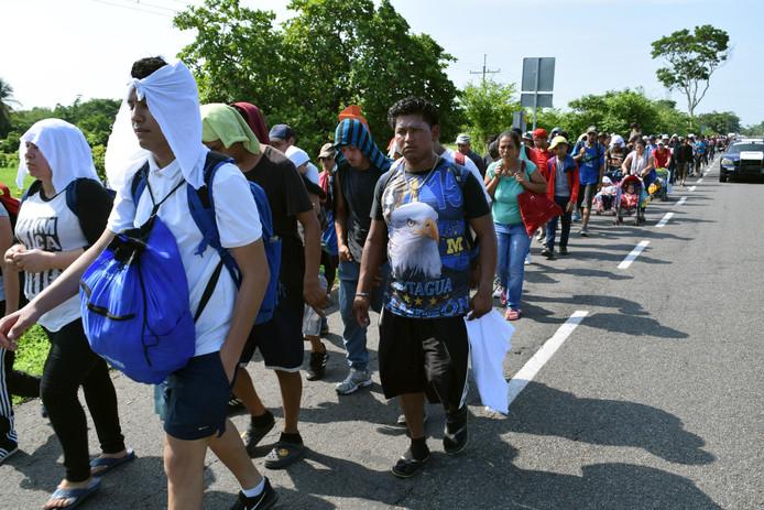 Migranten lopen over de weg in Mexico nadat ze de grens van Guatemala zijn overgestoken