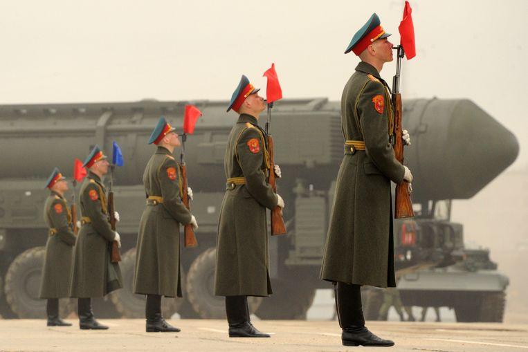 Een Russische Topol-langeafstandsraket op het Rode Plein in Moskou. Sinds 1987 hebben de VS en Rusland al hun middellange afstandsraketten vernietigd.