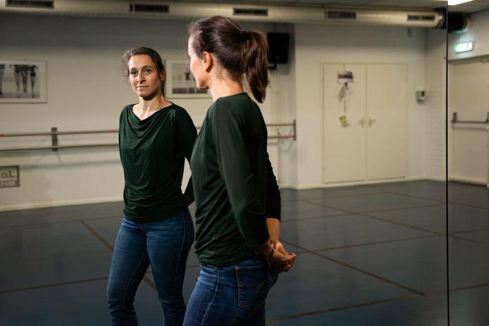 """Babs Broeders geeft balletles in theater De KiK in Elst. ,,Voor komend schooljaar staan wekelijks 31 lessen gepland. Maar of al mijn leerlingen ook terugkomen is de vraag."""""""