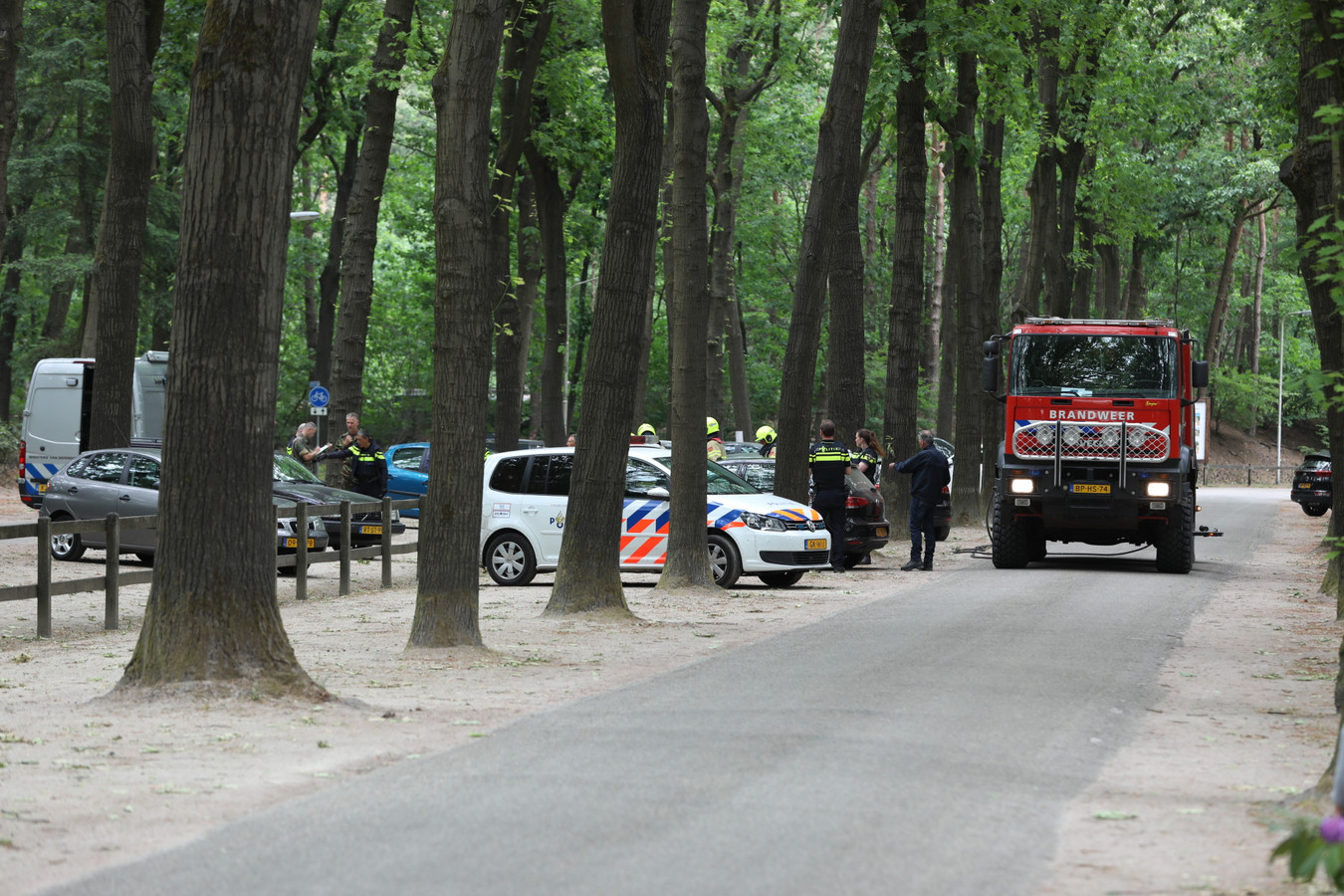 Brandweer, politie en EOD zijn donderdag bezig met een onderzoek op het parkeerterrein van vakantiepark De Zanding in Otterlo.