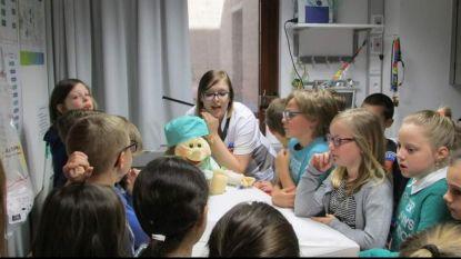 Leerlingen De Knipoog bezoeken ziekenhuis