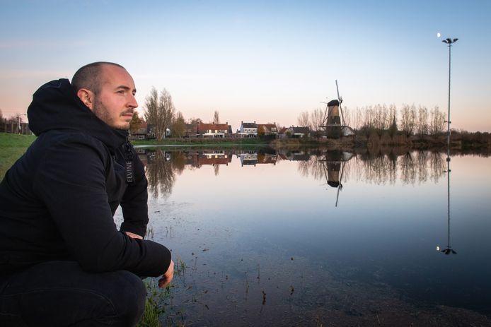 Max Lips bij de deels volgelopen ijsbaan in Terheijden.