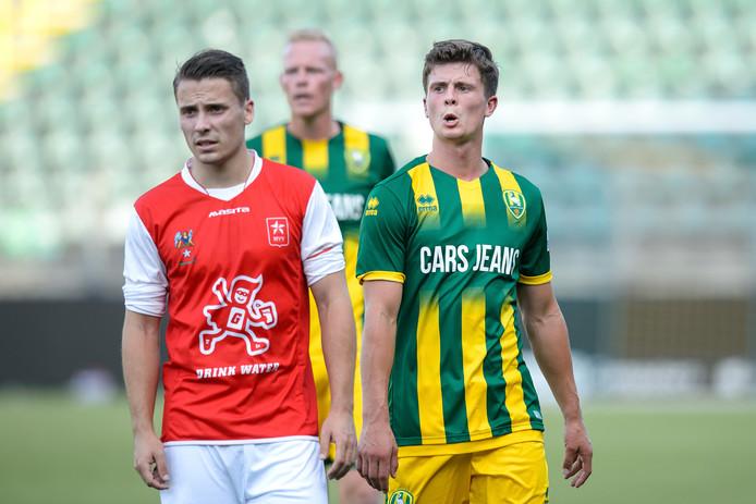 Dean Koolhof (links) is in beeld bij Helmond Sport.