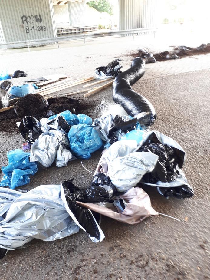 Afval gedumpt aan de Holderbergsedijk in Kruisland, onder de Commissaris van der Hartenbrug.