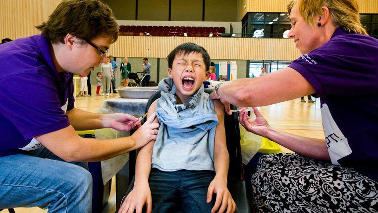 Vaccinatiedagen in Capelle aan den IJssel in sporthal Oostgaarde, Wesley van 9 krijgt een prik in beide armen tegelijk en schreeuwt het uit Beeld Hollandse Hoogte