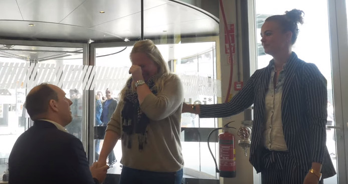 Patrick vraagt zijn vriendin Suzan ten huwelijk. Stilstaand beeld uit video.