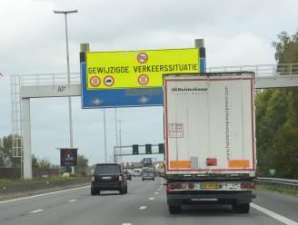Aannemer Oosterweelwerken plaatst nieuwe seinbruggen boven E17 richting Gent
