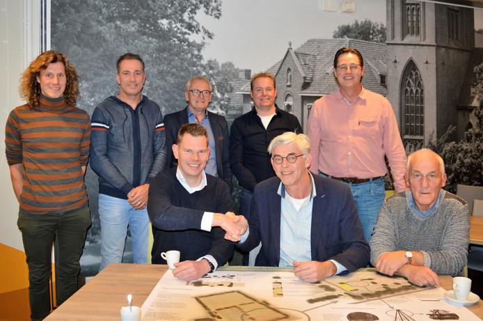 Vertegenwoordigers van de verschillende clubs bij de ondertekening van de plannen.  Op de voorgrond links SSB-voorzitter Mark Ribbers, rechts Theo Helmers van VIOS Beltrum.