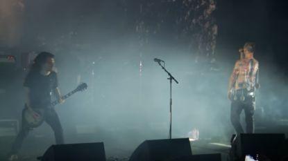 Zanger Belgische band treedt op in AB met metalen haken in bovenlichaam