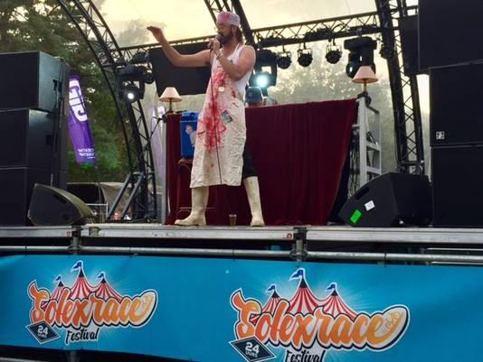 Entertainer 'De Zingende Schlager' aan het werk op het podium van 24-Uurs Solexrace.