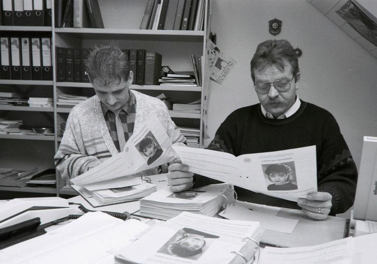 Rechercheurs Van der Weerden en van Veen bekijken enquêtes die zijn verspreid onder inwoners na verdwijning Annouscka Weezenbeek in Budel.