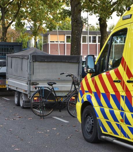 Meisje botst tegen aanhanger in Breda