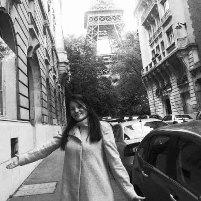 Maartje van de Kolk in Parijs, met de Eiffeltoren op de achtergrond.