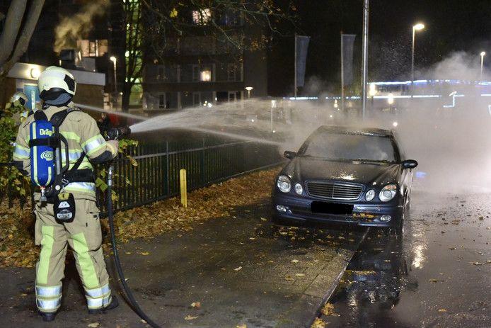 De auto aan de Peltlaan in Kanaleneiland ging in vlammen op.