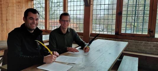 Robin Wessels van Bij Puur en (rechts) Ward Rennen, directeur Eindhoven Museum, tekenden de overeenkomst in Herberg Den Bonten Os. Bij Puur gaat de horeca in het Prehistorisch Dorp runnen.