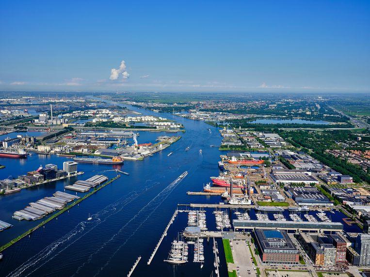 Het IJ en het Noordzeekanaal met links de havens van Amsterdam. De Europese handel is altijd een van de drijfveren van de Amsterdamse haven geweest.   Beeld Hollandse Hoogte