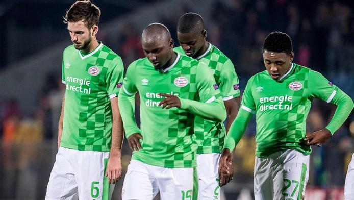 Davy Pröpper, Jetro Willems, Nicolas Isimat-Mirin en Steven Bergwijn druipen teleurgesteld af na de wedstrijd tegen Rostov.