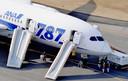 De 129 passagiers en 8 bemanningsleden werden geëvacueerd via noodglijbanen.