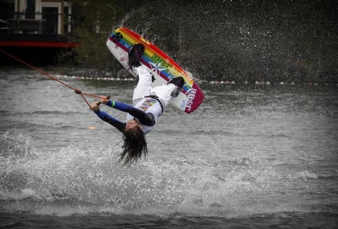 Esther van der Linden uit Tilburg een van de talenten die op de plas van waterskicentrum De Kempervennen trainen.foto Jurriaan Balke