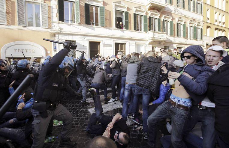 Supporters van Feyenoord clashen met de politie in Rome. Beeld Reuters