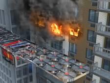 Futuristische brandweerdrone blust vuur in hoogste wolkenkrabbers