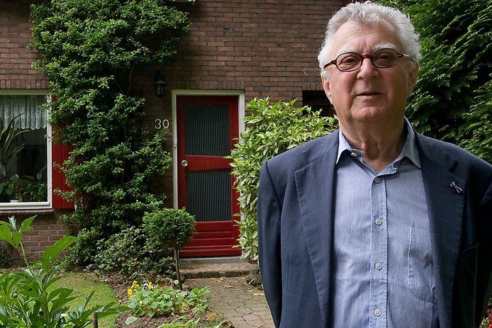 Arnold Heertje bij het huis aan de Kerklaan in Doorwerth, waar zijn ouders in de oorlog zaten ondergedoken.