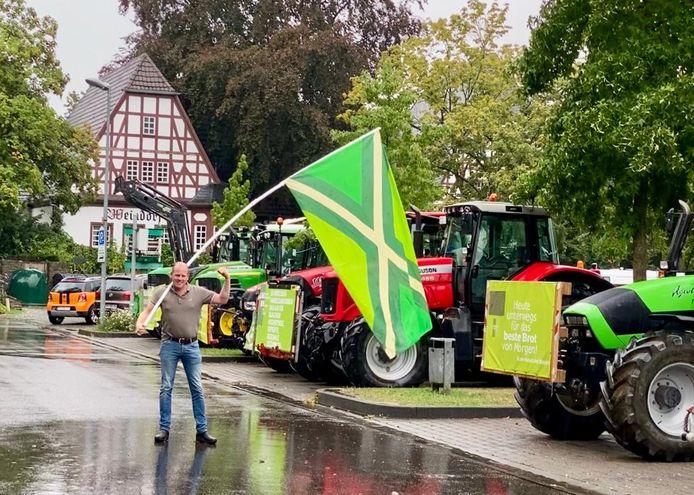 Rutger van Lier met de Achterhoekse vlag in de straten van Koblenz.