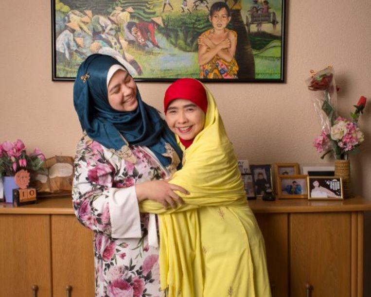Fitria Jelyta en haar moeder Lily Noor Indahsari. Beeld Jörgen Caris