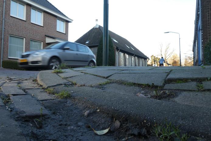 In het nieuwe wegenbeheersplan dat inmiddels door de gemeenteraad is vastgesteld, is jaarlijks 1,3 miljoen euro beschikbaar voor regulier stoep-onderhoud.