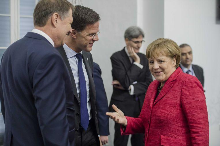 Rutte in gesprek met Merkel bij de top op Malta. Beeld anp