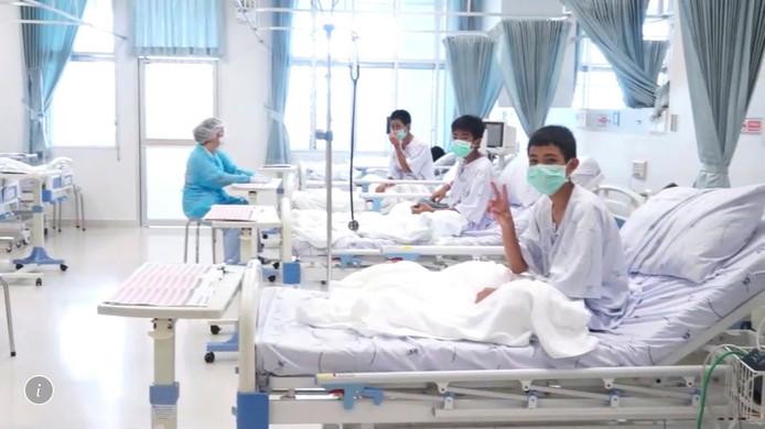 De Thaise overheid gaf deze foto vrij. De jongens zijn momenteel aan het bijkomen in het ziekenhuis.