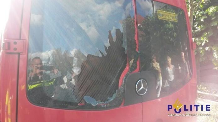 Door de botsing sneuvelde de achterruit van het busje
