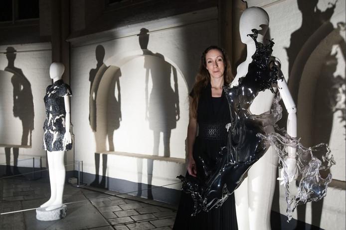 Iris van Herpen bij een van haar creaties in de Bergkerk in Deventer