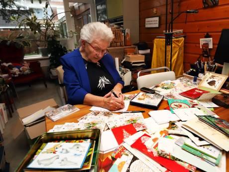 Corrie (87) stuurt jaarlijks ruim tweehonderd kerstkaarten: 'Dan hoor je weer eens wat van iemand'