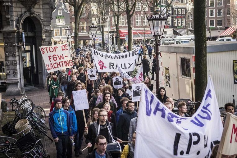 Studenten van de Universiteit van Amsterdam demonstreerden vorige maand voor het Maagdenhuis tegen de bezuinigingen op de geesteswetenschappen die het UvA bestuur door wil voeren. Beeld anp