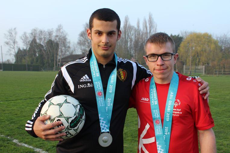 Bram Verbrugghe uit Ardooie en Mike Watteyn uit Rekkem, met de zilveren medaille die ze enkele dagen geleden hebben behaald op de Special Olympics in Abu Dhabi.
