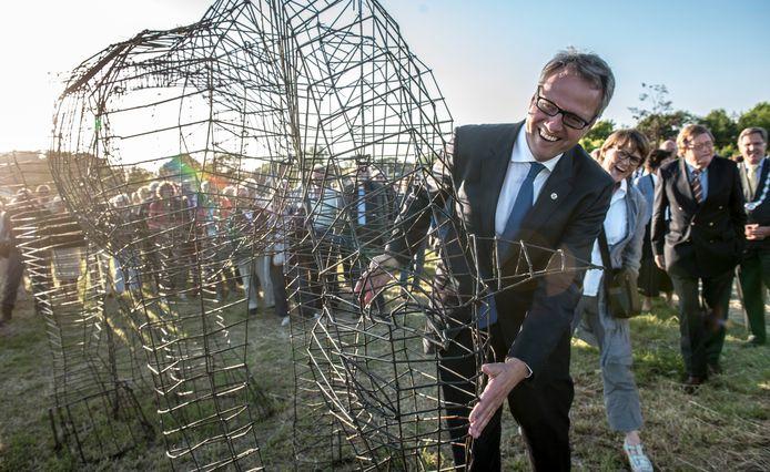 De opening van de Kunstschouw 2013 door commissaris van de Koning Han Polman met achter hem kunstenaar Wieke Terpstra bij het paard op het Hoge Burg.