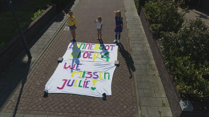 Myla en Jill willen eigenlijk weer wel naar school. De Middelburgse meiden lieten via de dronebeelden weten: 'Lonneboot groep 4, we missen jullie'.