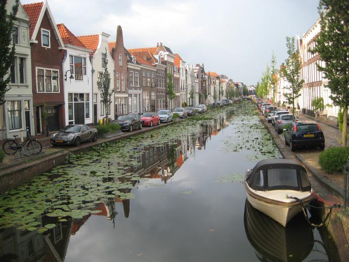 Op vakantie in eigen land kan het ook heel mooi zijn. Deze singel met statige huizen in Gouda geven ook zeker een relaxt gevoel. Het parkeren hier wat minder.
