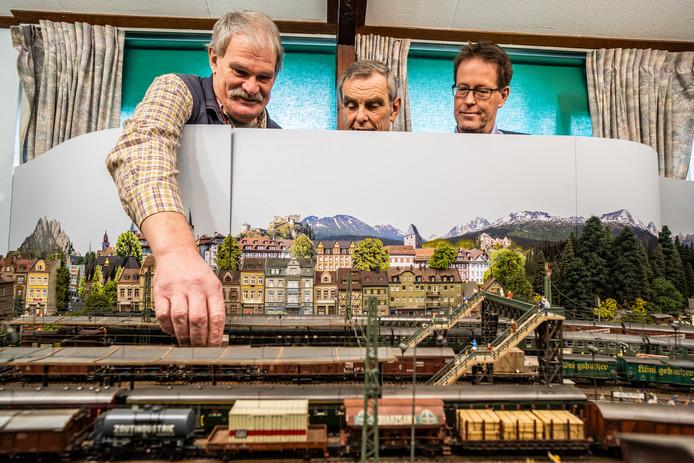 Drie bestuursleden van Modelspoorclub Veluwezoom bij de baan van Ron Heijne. Vlnr Ron Heijne, Frits Derksen en Cees Jan Fledderus.