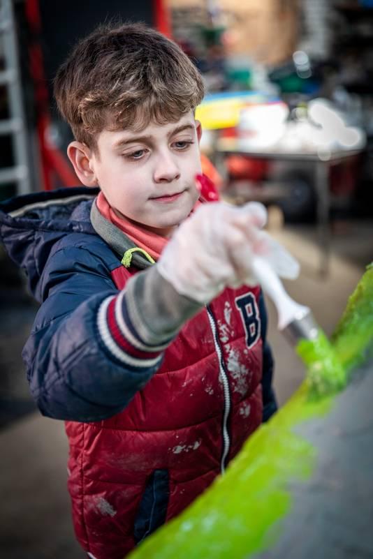 Kinderen van groep 8 werken mee aan een carnavalswagen in Vessem.
